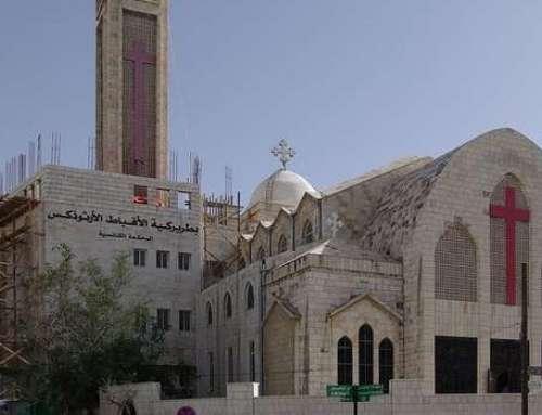 Junge Muslime schützen Kirchen als Zeichen für Zusammenhalt