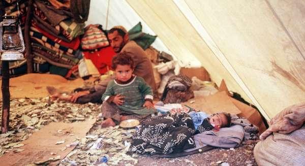 Eine fassungslose kurdische Familie in einem Flüchtlingslager nahe der türkisch-irakischen Grenze.