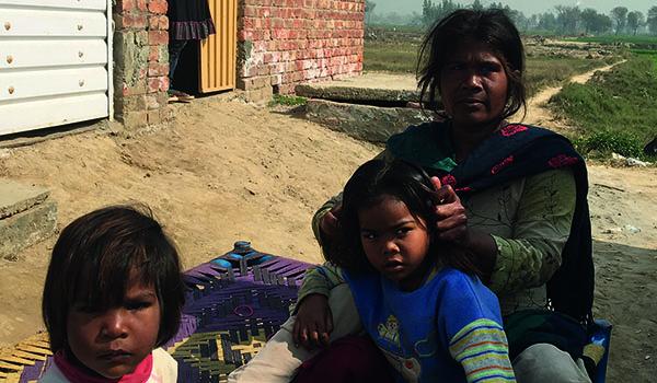 Frau-mit-Kindern-in-Pakistan