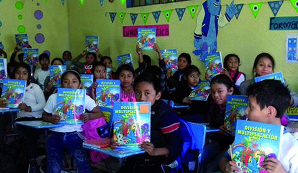 Maya-Kinder-mit-neuen-Schulbüchern